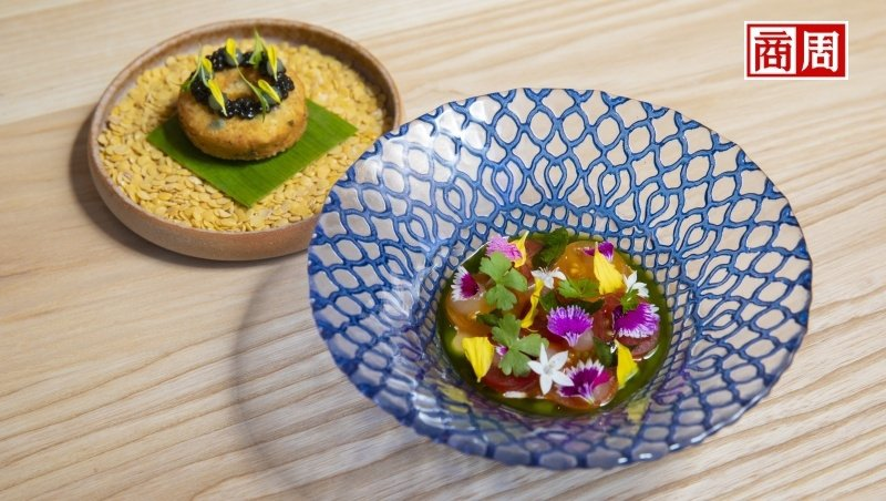 JL Studio將印度番茄蔬菜湯與炸扁豆改良製作成鹹鹹圈,並搭配繽紛蘸醬。(攝...