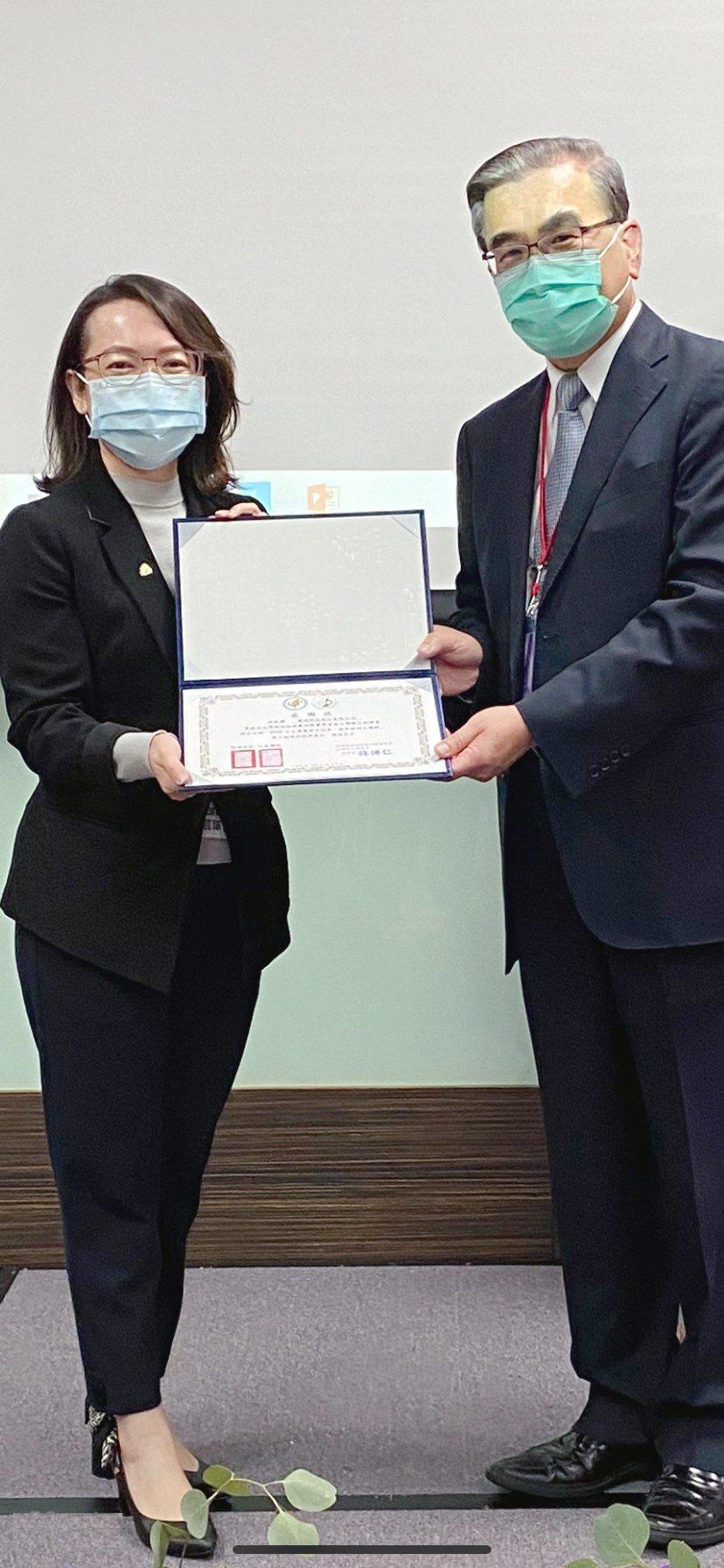 慧德科技總經理李慧鈴(左)代表領取2020年國家醫療品質獎防疫貢獻獎。慧德科技/...