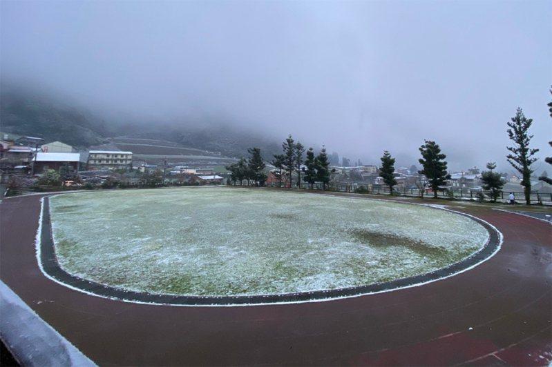 寒流來襲,海拔約1200公尺的宜蘭縣大同鄉南山地區8日也下雪,南山國小操場草地積雪約1公分。中央社