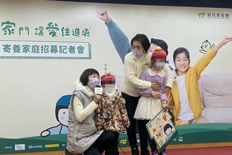 馬安娜(右2)與馬安琪(左)姊妹兩人擔任寄養家庭37年,至今已照顧逾80名寄養童...