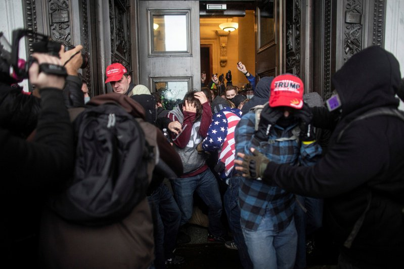 美國總統川普支持者闖入國會大廈,運輸部長趙小蘭、教育部長戴弗斯(Betsy DeVos)今天相繼請辭,加入其他因抗議此事而離開川普政府的官員行列。 路透社