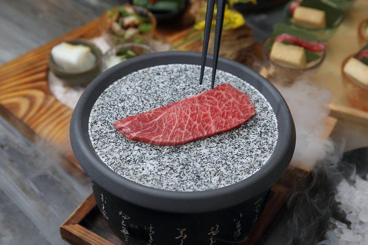 藝奇本次也加入「岩板燒」概念,帶來新的用餐樂趣。記者陳睿中/攝影