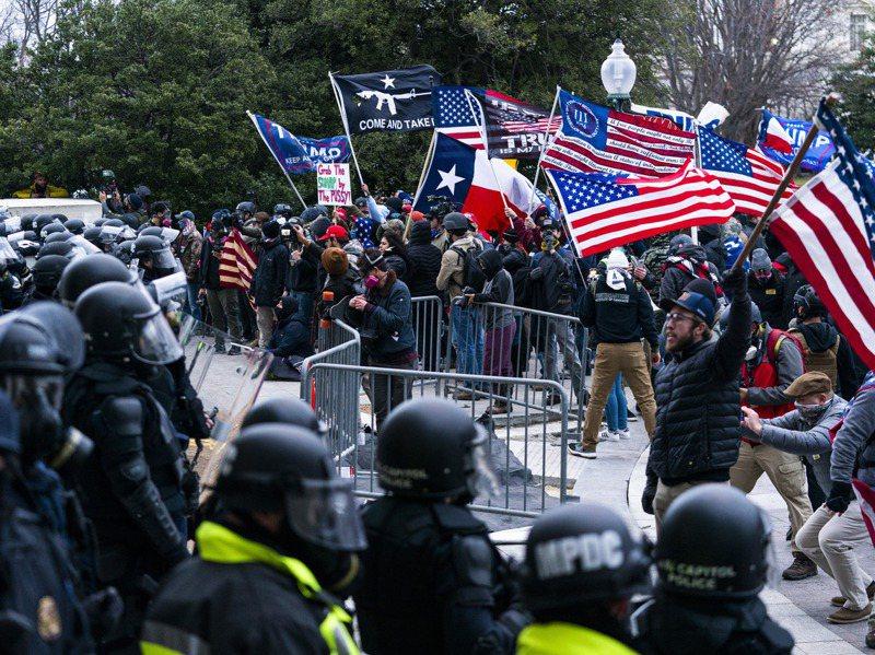 美國總統川普的支持者6日衝入國會,阻斷參眾兩院認證總統大選程序,警民衝突釀四死。美聯社