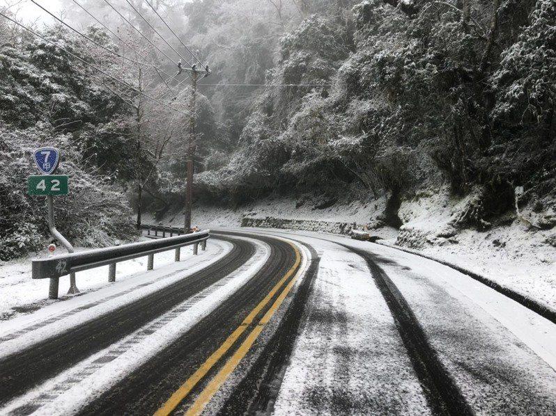 台7甲部分路段積雪,目前限掛雪鏈通行。圖/公路總局提供