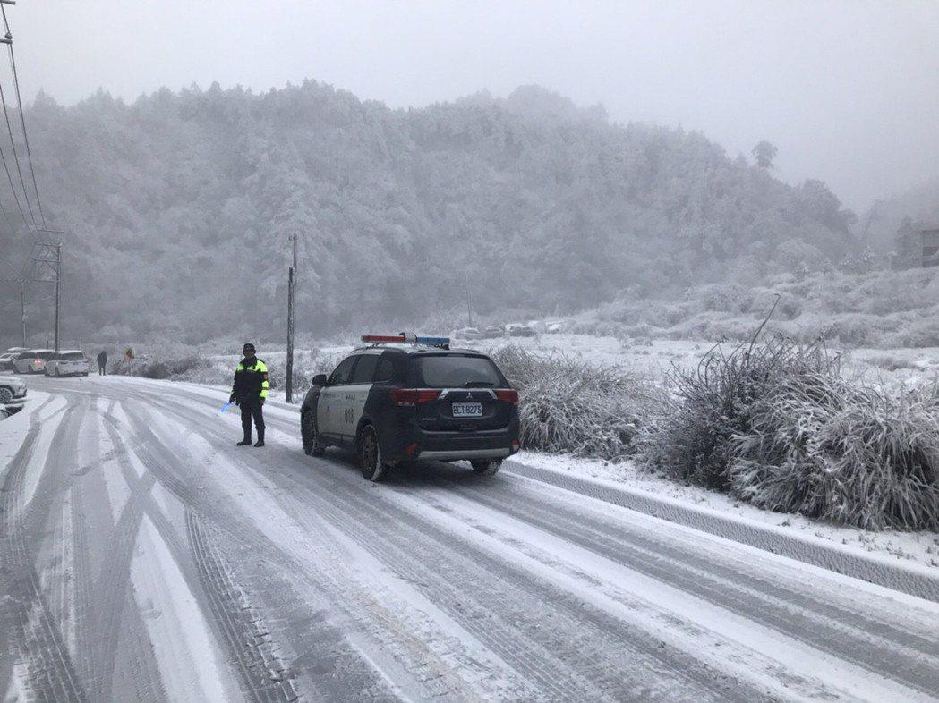 寒流來襲,台7甲線45公里近宜蘭交界處「思源啞口」今早飄起白雪,一眼望去,整片山...