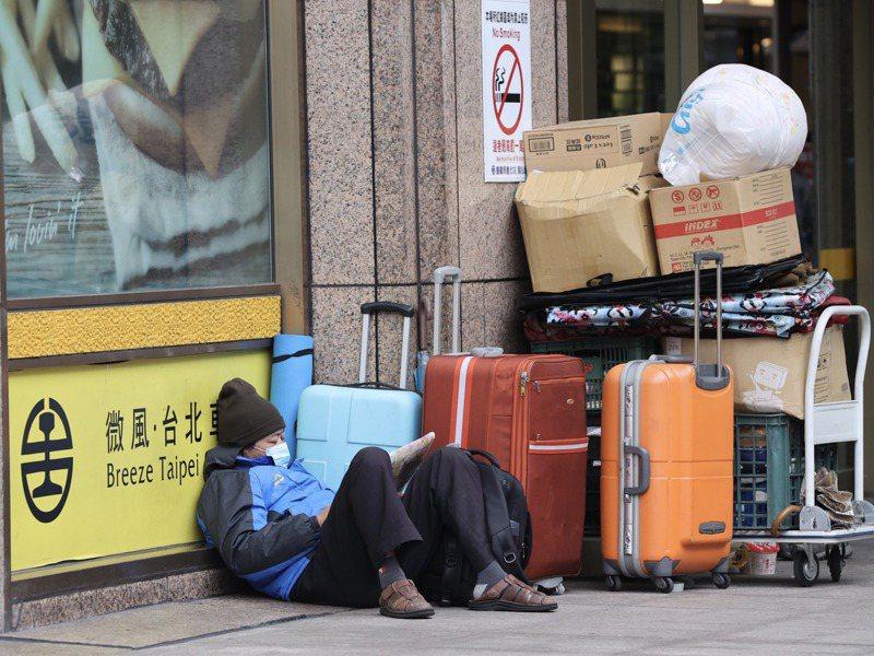 台北車站周邊聚集街友,大小「家當」擺放在車站四周,成為台鐵、交通部與台北市政府的難題。記者黃義書/攝影