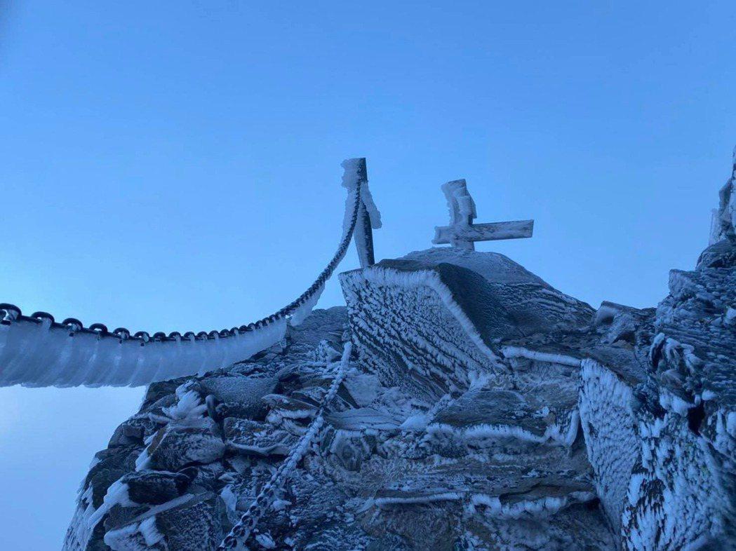 昨早上9時玉山狀況,沒下雪,但全景物有結霜、霧淞。圖/取自臉書玉山國家公園