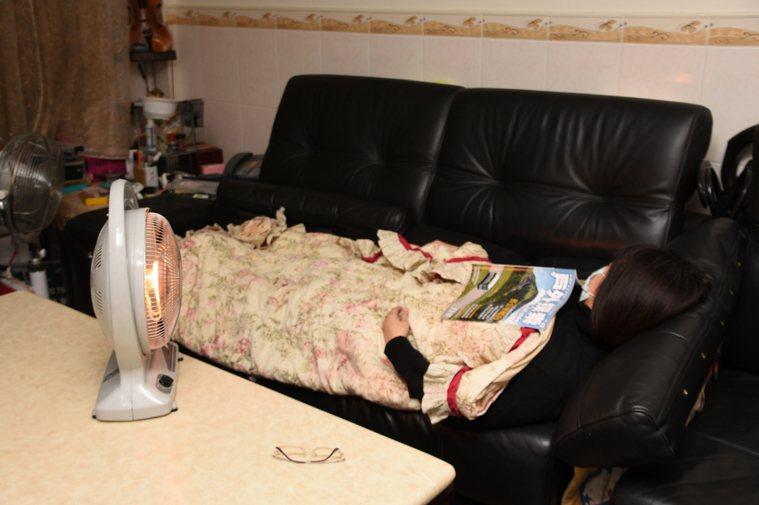 彰化縣消防局災害預防科科長蔡佳洲博士提醒民眾,電暖器尤須注意和家具、窗簾或布類衣...