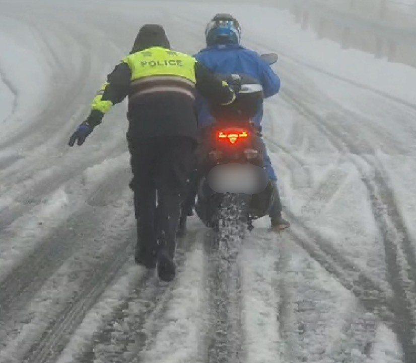 台14甲線小風口到武嶺部分路段積雪結冰,花蓮新城警方忙著協助民眾脫困。圖/警方提...