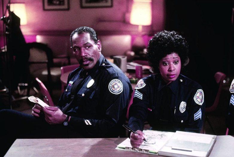 瑪莉安蘭西(右)在「金牌警校軍」系列扮演娃娃音女警。圖/摘自imdb