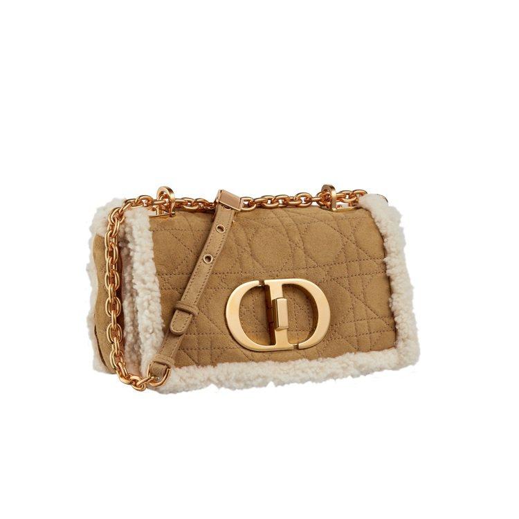 Dior Caro駝色翻羊毛小型翻蓋包,14萬元。圖/DIOR提供