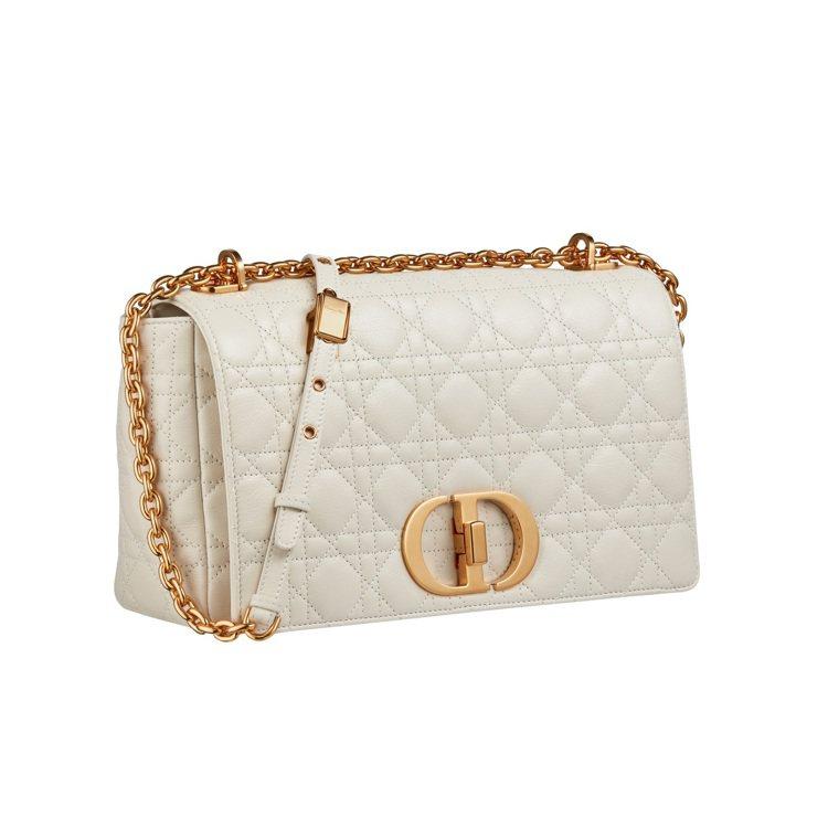 Dior Caro拿鐵白籐格紋柔軟小牛皮大型翻蓋包,14萬元元。圖/DIOR提供