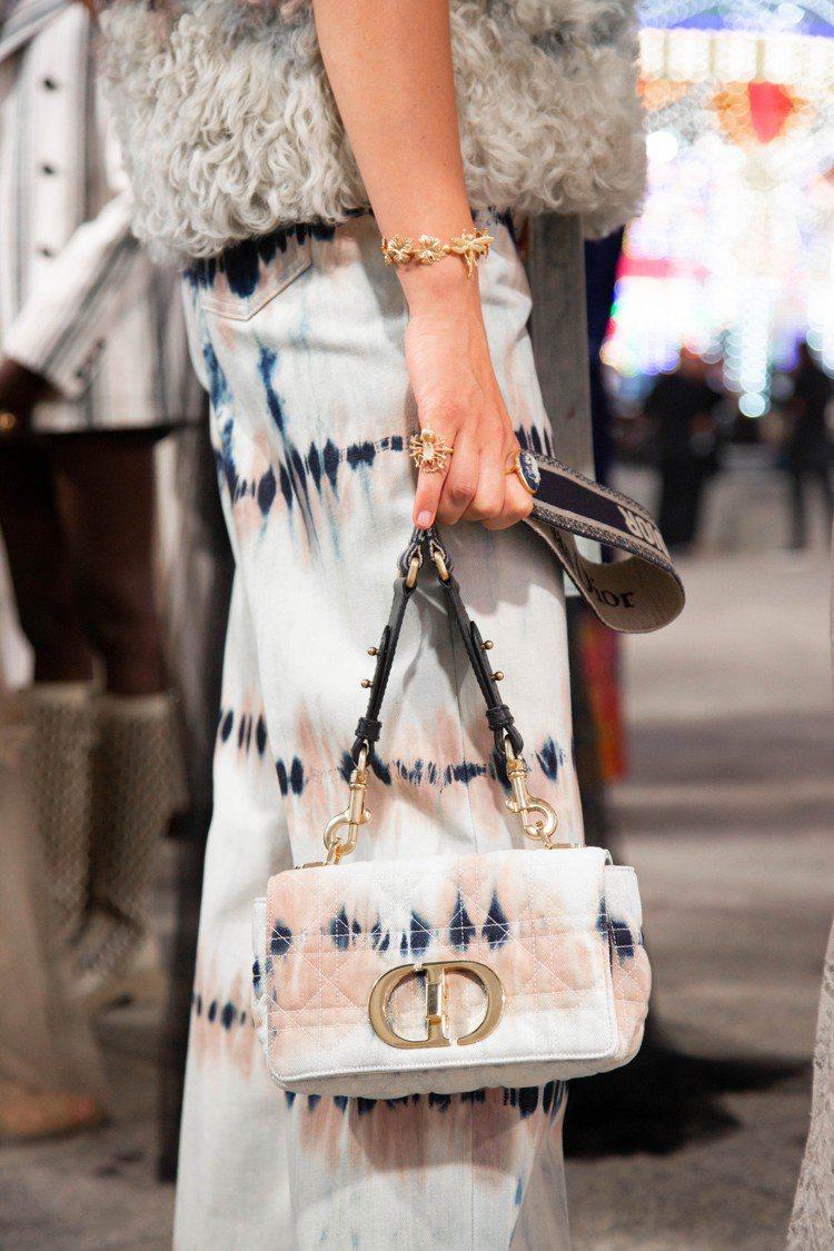 Dior Caro多彩紮染丹寧籐格紋刺繡小型翻蓋包,11萬5,000元。圖/DI...