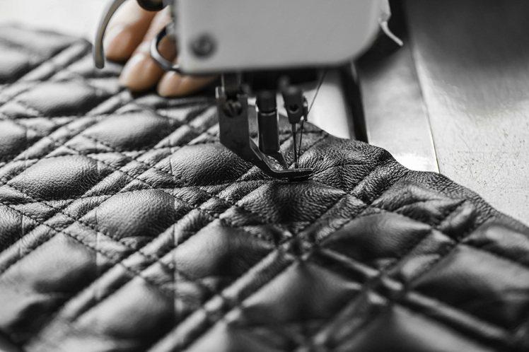 Dior Caro在18,000道縫點交錯下打造了紋理對稱的精細籐格紋。圖/DI...