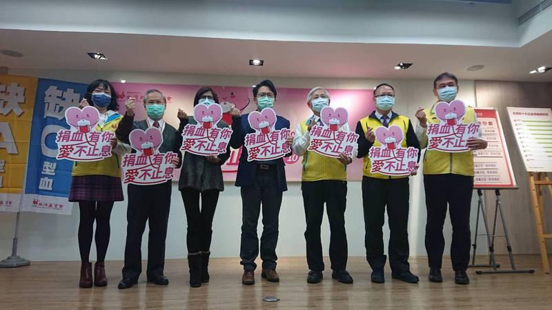 這次捐血月的主題是「捐血有你,愛不止息」,今天特別邀請到敏盛醫院副院長江坤俊(左四)與用血人于美蘭(左三)分享故事。記者陳婕翎/攝影
