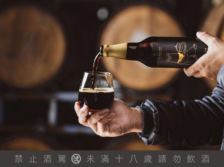 臺虎精釀於2021年開春加碼帶來「臺灣黑熊波本桶陳-酸櫻桃黑森林限定版」,限定通...