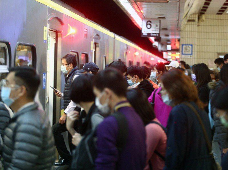 台鐵局長退休前夕,台鐵出了一套四本的「一張通往改變的車票」專書,標案耗資884萬元,但台鐵改善誤點的進度仍然緩慢。圖/聯合報系資料照片