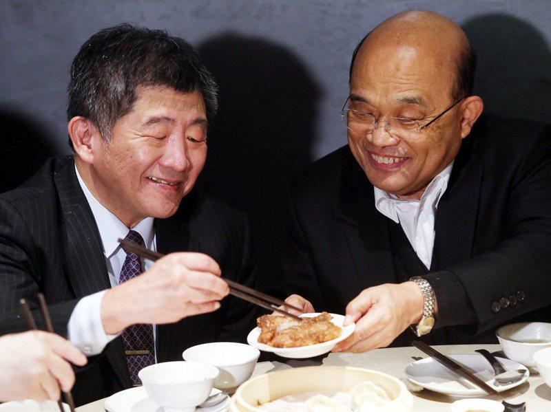 行政院長蘇貞昌(右)帶頭吃豬肉行銷台灣豬,強調台灣豬非常出名,將來會像松阪豬、神戶牛一樣大受歡迎,但松阪豬是指部位,鬧出笑話。圖/聯合報系資料照片