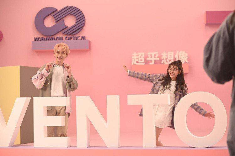 歌手邱鋒澤、采子合體擔任小林眼鏡代言人,並拍攝形象廣告。圖/小林眼鏡提供