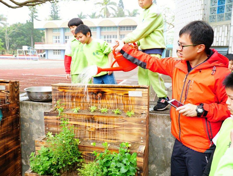 關西鎮東光國小打造500坪菜園,讓學生透過動手種菜學習如何照顧農作。圖/縣府提供