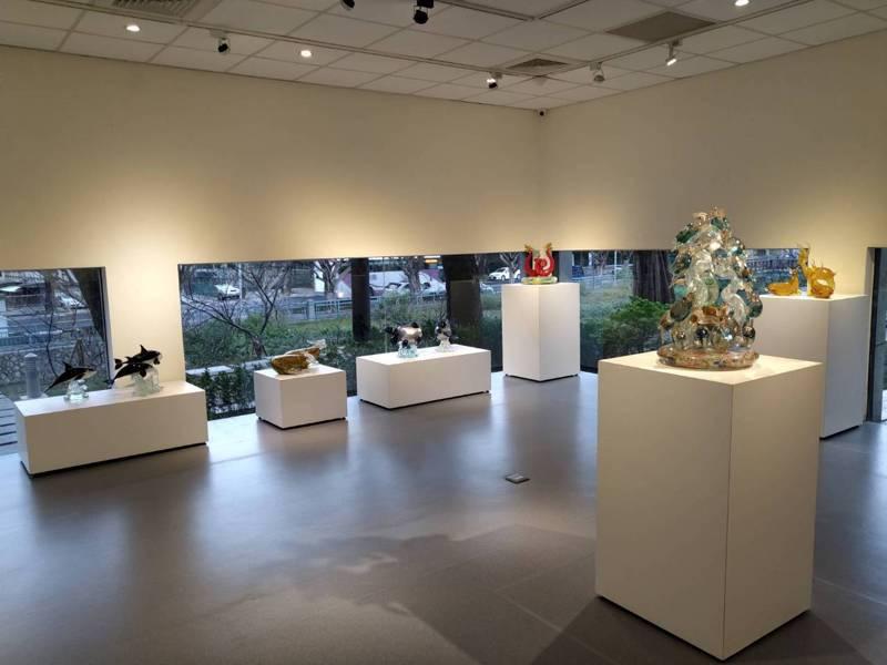 新竹市玻璃工藝博物館今起推出玻璃花與漂流木之戀、玻藝頑心玻璃創作聯展,展出玻璃藝術家許源榮、林瑤農的創作。圖/市府提供