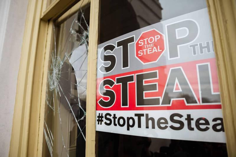 闖入美國國會的民眾帶著「停止竊選」的標語,深信選舉舞弊。在台灣有部分綠營支持者還是深信川普才是真正的選舉勝利方。法新社