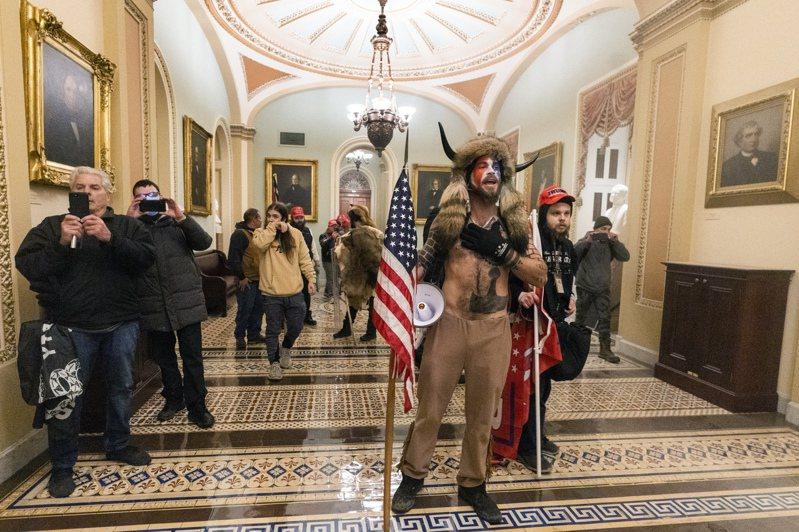 匿名者Q成員安吉利(Jake Angeli)打扮奇特,在人群中相當搶眼。美聯社