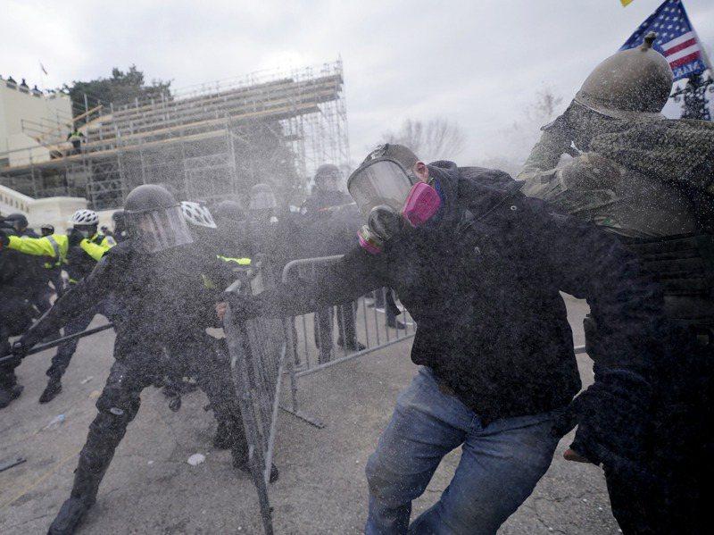 川粉試圖衝破警方圍堵,闖入國會山莊。美聯社