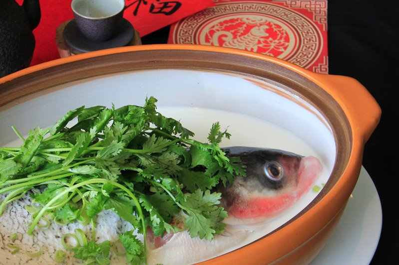 涵碧日月魚頭王是董事長賴正鎰宴請政商名流的私房菜。 2,880元。圖/涵碧樓提供