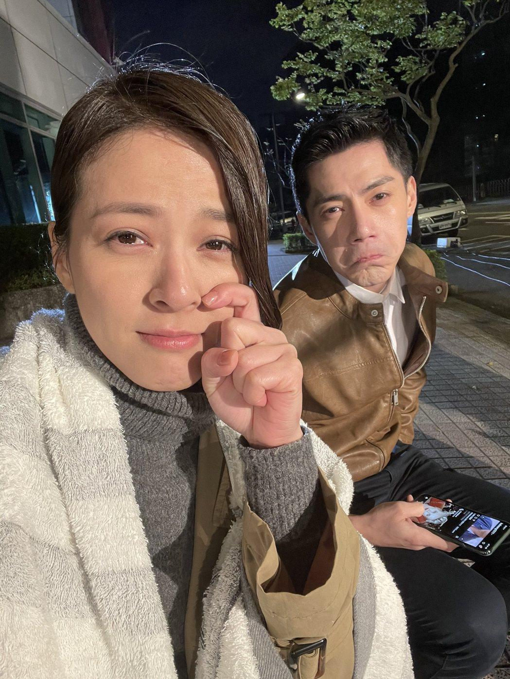 蘇晏霈(左)、王凱頂著低溫8度深夜拍戲,表情十分哀怨。圖/民視提供
