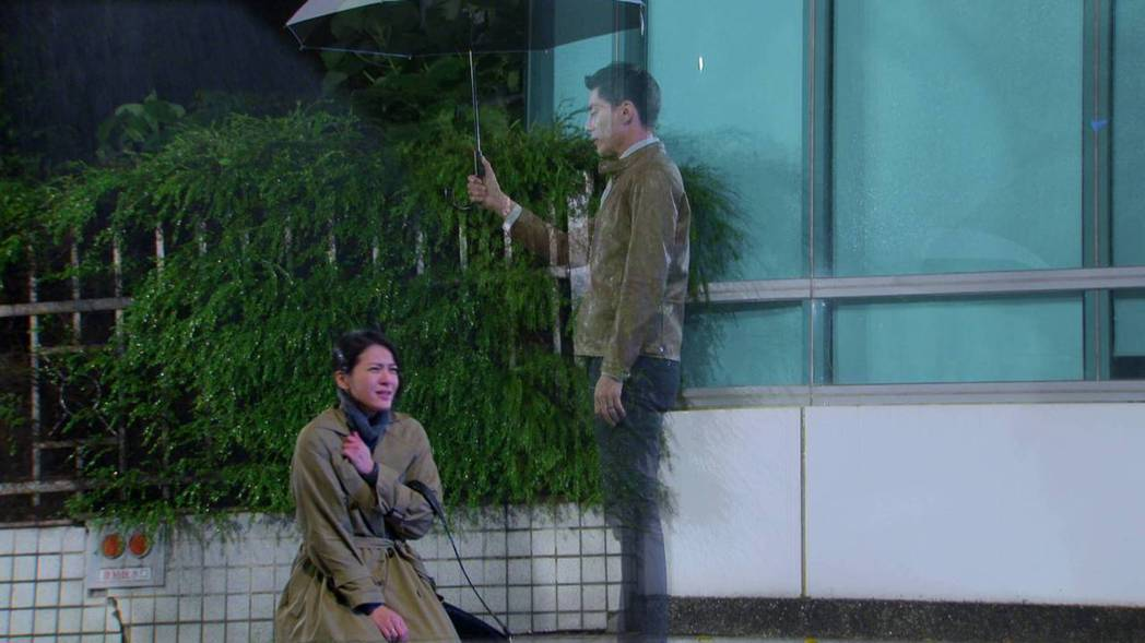 蘇晏霈(左)、王凱在「多情城市」中刻骨銘心的愛情,這場雨中跪地痛哭,十分催淚。圖...