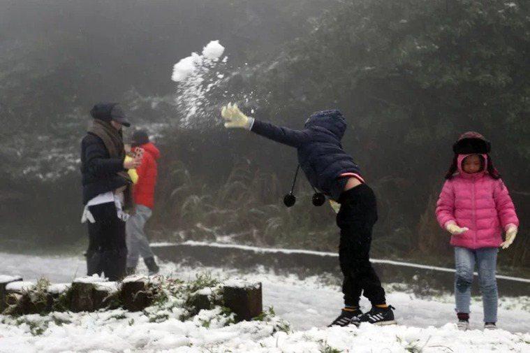 陽明山今天下雪,吸引數百民眾上山賞雪。小朋友丟雪球,開心極了。記者蘇健忠/攝影