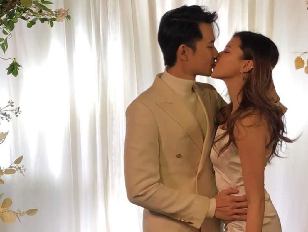 曾子益(左)與香港妻子完婚。圖/摘自臉書