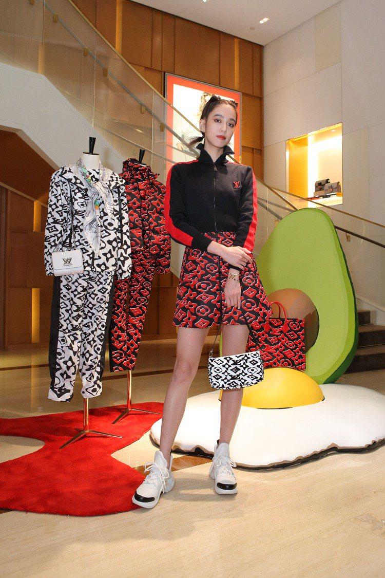 陳庭妮詮釋路易威登 x Urs Fischer洋裝86,500元,手提Poche...