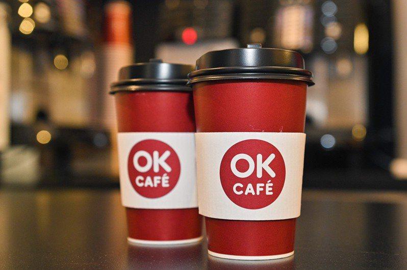 OKmart門市推出今天(1月8日)一日限定「大杯莊園美式咖啡、拿鐵買10杯送10杯」優惠;明天(1月9日)則於OKmall推出大杯莊園美式咖啡、拿鐵買5杯送5杯,再加贈555點OK App會員點數。圖/OKmart提供