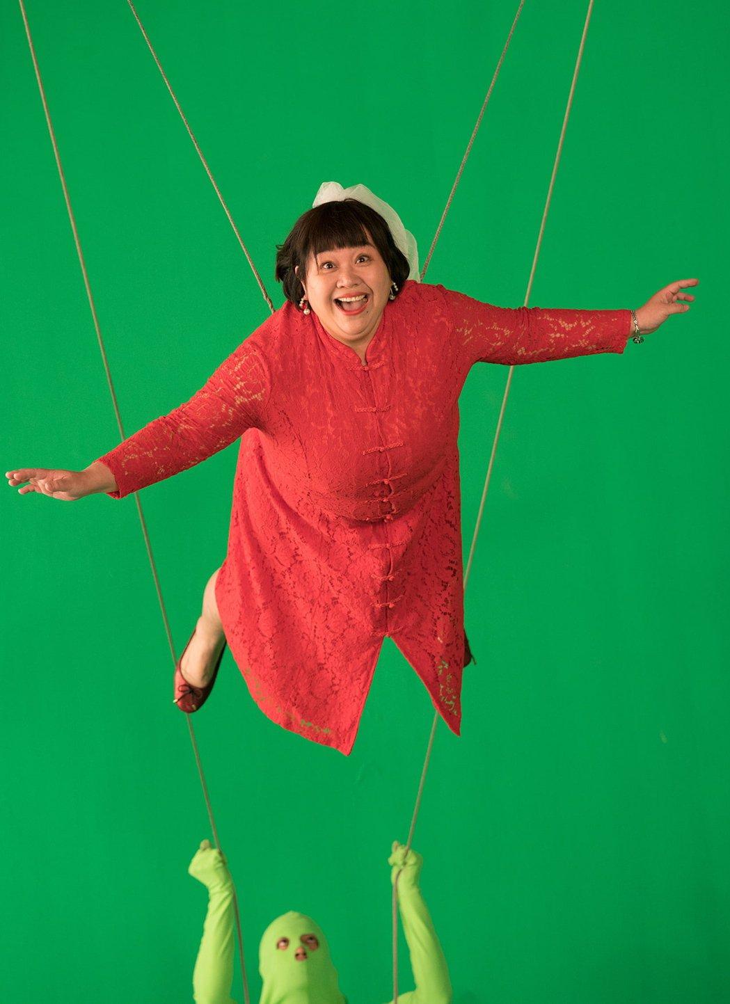 鍾欣凌在「揭大歡喜」吊鋼絲演出逗趣情節。圖/海鵬提供