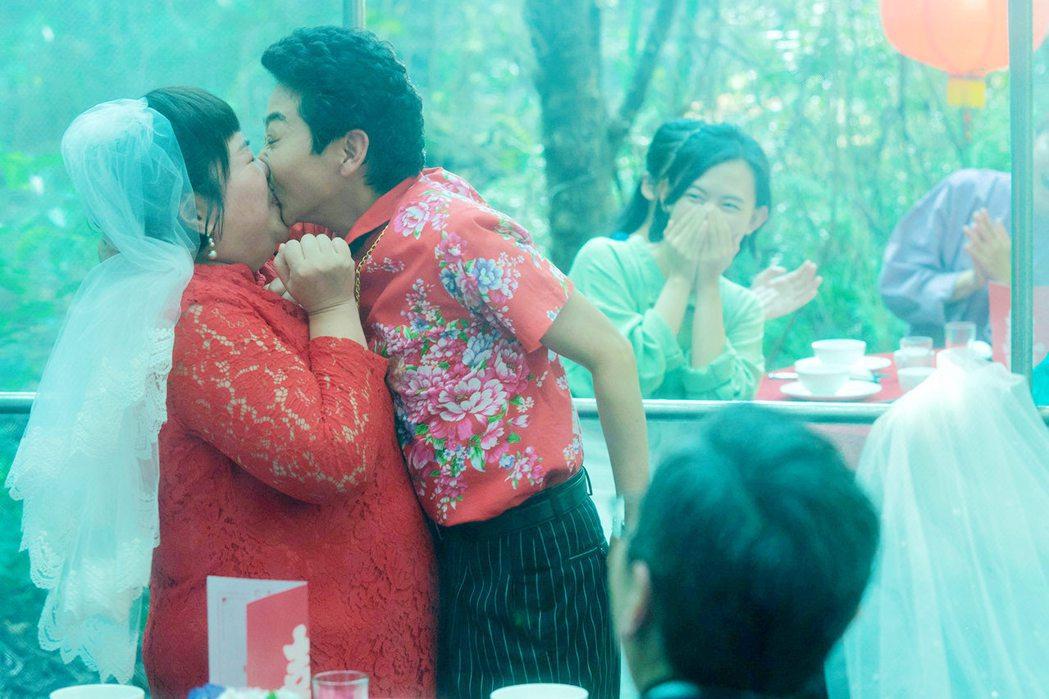 鍾欣凌(左一)和曹蘭在「揭大歡喜」還有親熱鏡頭。圖/海鵬提供