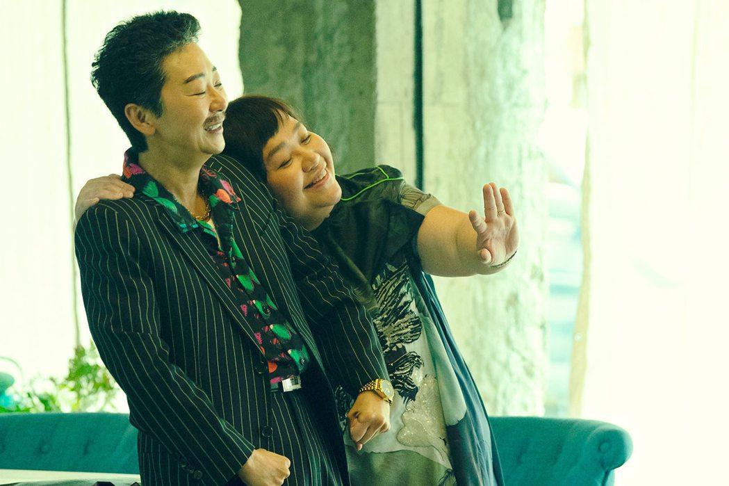 曹蘭(左)與鍾欣凌在「揭大歡喜」扮演搞笑情侶。圖/海鵬提供