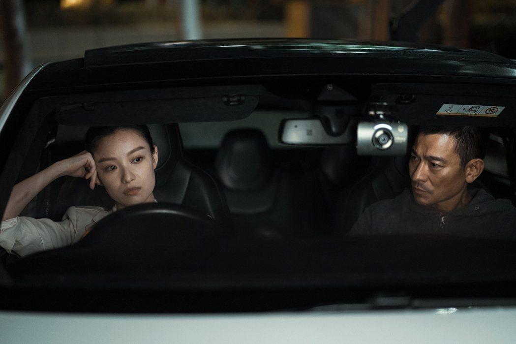 倪妮(左)與劉德華在「拆彈專家2」有動人對手戲。圖/華映提供