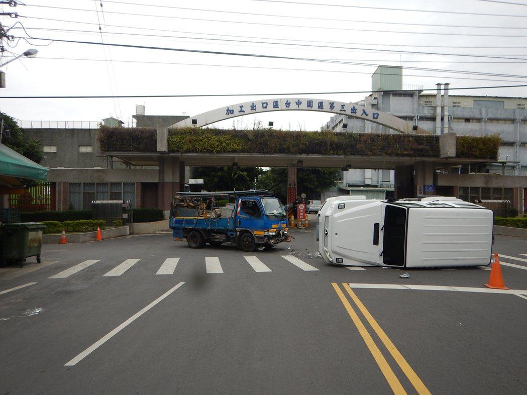 賓士吉普車與小貨車發生碰撞,造成吉普車翻車。圖/民眾提供