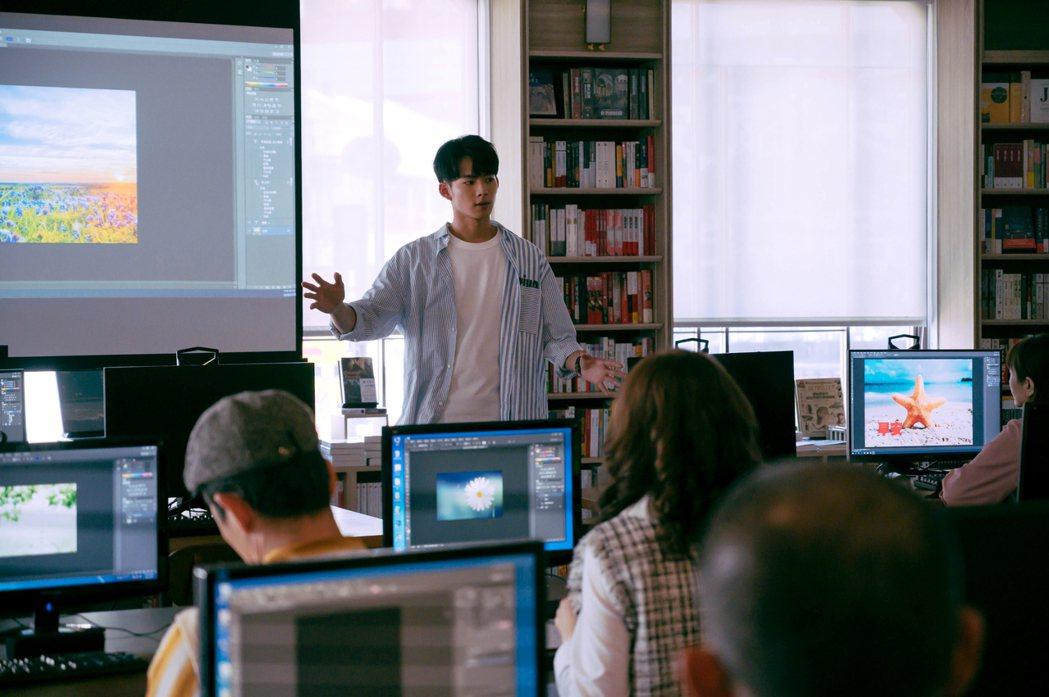 吳念軒在「粉紅色時光」劇中飾演IT工程師,假日還會開電腦課教導長輩。圖/TVBS...