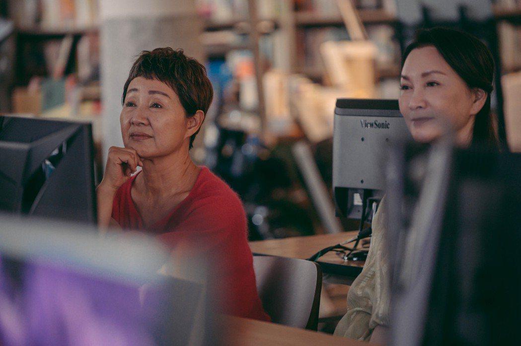 鮑正芳在劇中報名了吳念軒的電腦課,打算跟上年輕人腳步。圖/TVBS提供