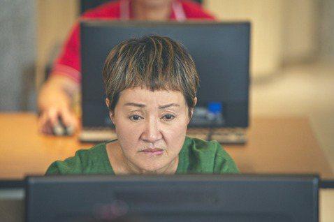 資深女星鮑正芳在台劇「粉紅色時光」中,飾演獨自扶養孫子的單親奶奶「阮秀豔」,身負家庭生活重擔,卻還是樂觀過生活,和飾演孫子的吳念軒互動十分逗趣。戲裡她報名孫子的電腦課,戲外對於3C產品,她也是一竅不...