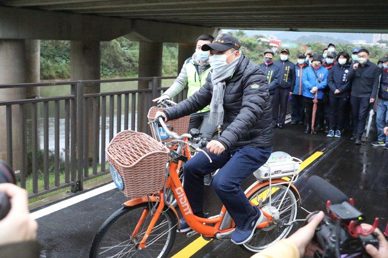 侯友宜冒寒風騎腳踏車,汐止五堵貨場河岸自行車道完工。圖/新北市政府提供