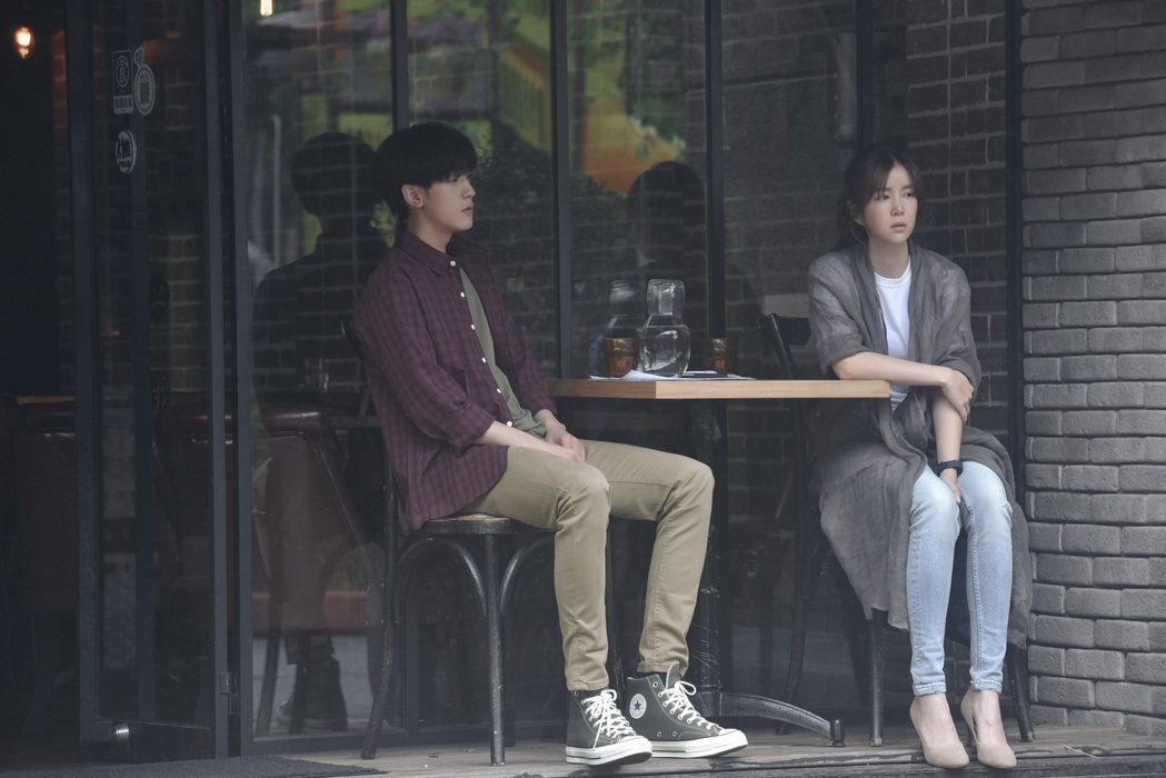 吳思賢(左)與李佳穎首度合作飾演情侶就敢進度。圖/傳奇星娛樂提供