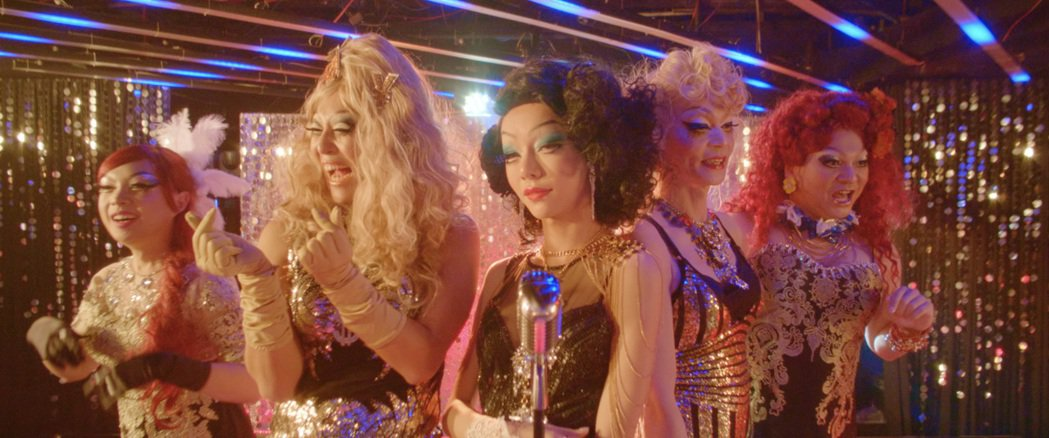 Kiwebaby(中)飾演紅牌變裝皇后。圖/光年映畫提供