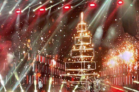 五月天「好好好想見到你」演唱會今晚於桃園國際棒球場續唱,原場次時間為首場耶誕節,五月天不僅獻唱「聖誕夜驚魂」,也再度陪粉絲倒數跨年迎煙火,讓粉絲宛如坐上時光機重回2020年12月25日。有趣的是,他...
