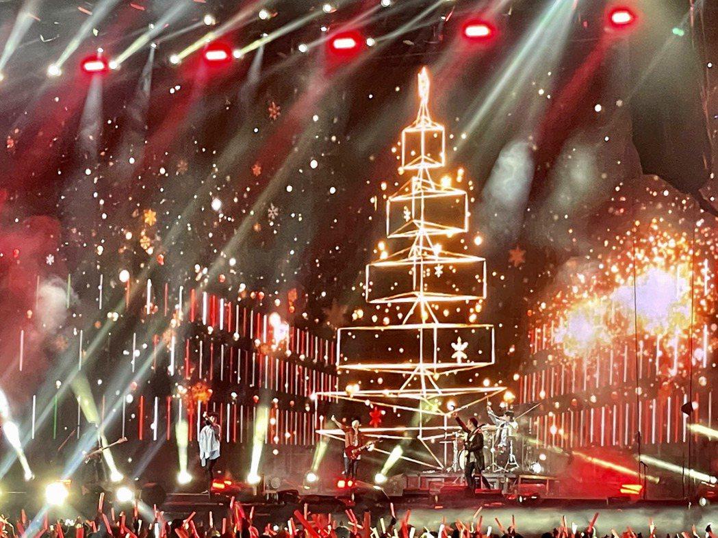 五月天帶粉絲重回耶誕節,舞台也沾染節慶氣氛。圖/摘自臉書