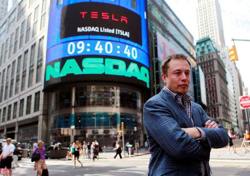 特斯拉創辦人兼執行長馬斯克二○一○年六月廿九日擺姿勢讓媒體拍照,那天特斯拉在那斯達克掛牌上市。(路透)