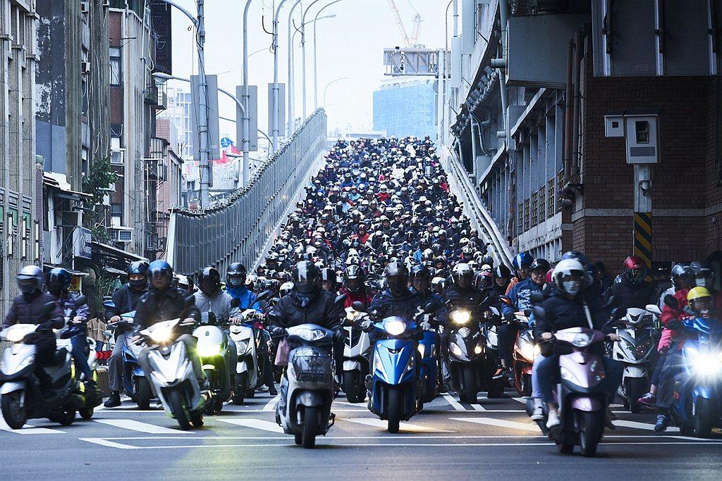 去年台灣機車市場創25年以來銷售新高,主因來自補助與疫情的雙助攻。 圖/KYMC...